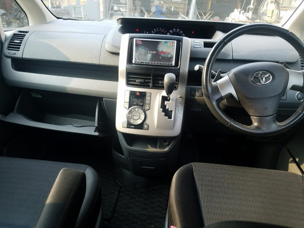 神戸事故車買取 トヨタ ヴォクシー ZRR70W